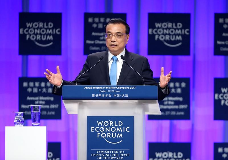 © Reuters. Chinese Premier Li Keqiang delivers an opening speech at the World Economic Forum in Dalian