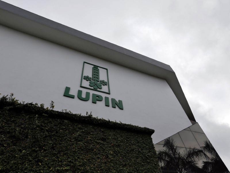 © Reuters. The logo of Lupin, India's No. 2 drugmaker, is seen on the facade of its pharmaceutical plant in Verna