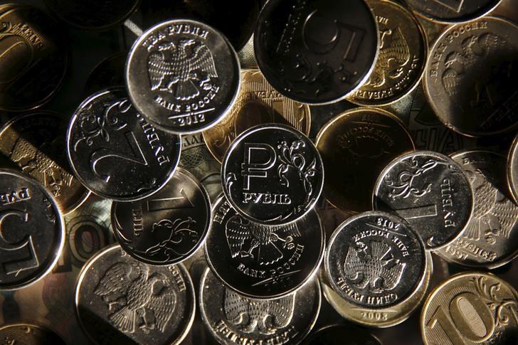 © Reuters. Рублевые монеты в Москве