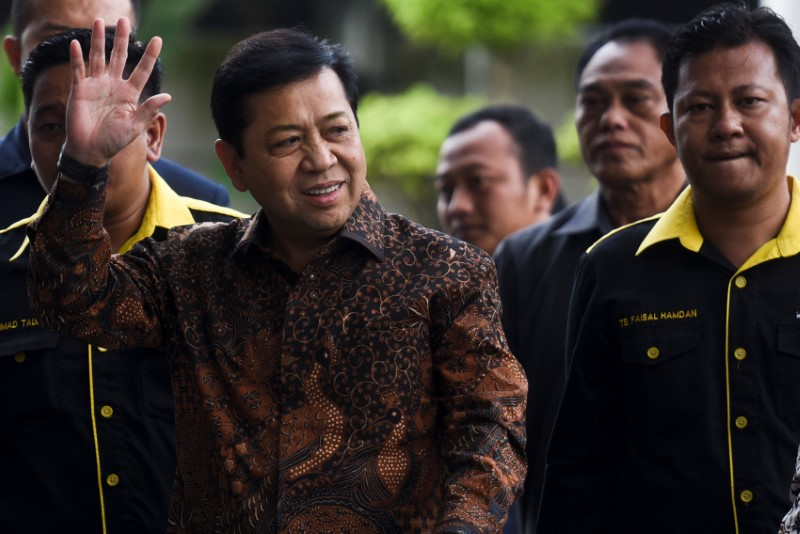 © Reuters. The speaker of Indonesia's parliament Setya Novanto waves as  he arrives at Corruption Eradication Commision building (KPK) in Jakarta