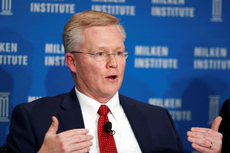 © Reuters. Piwowar, Commissioner of the U.S. Secuirites and Exchange Commission, speaks at the Milken Institute Global Conference in Beverly Hills
