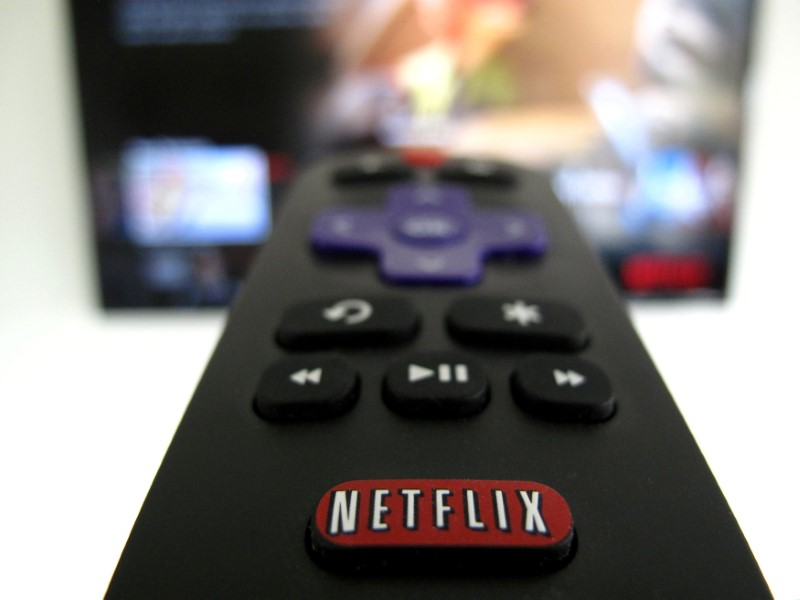 © Reuters. teFILE PHOTO: The Netflix logo is pictured on a television remote in this illustration photograph taken in Encinitas, California