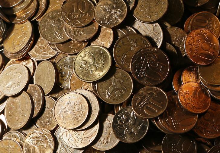 © Reuters. Монеты по 10 и 50 копеек