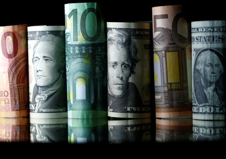© Reuters. Банкноты доллара США и евро