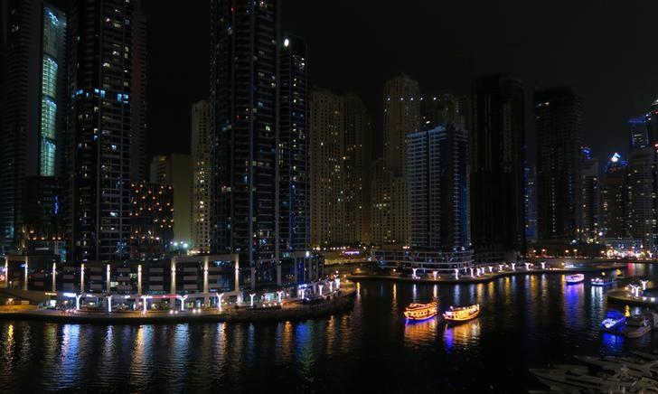 © Reuters. Tourist pleasure boats navigate through Dubai Marina in Dubai