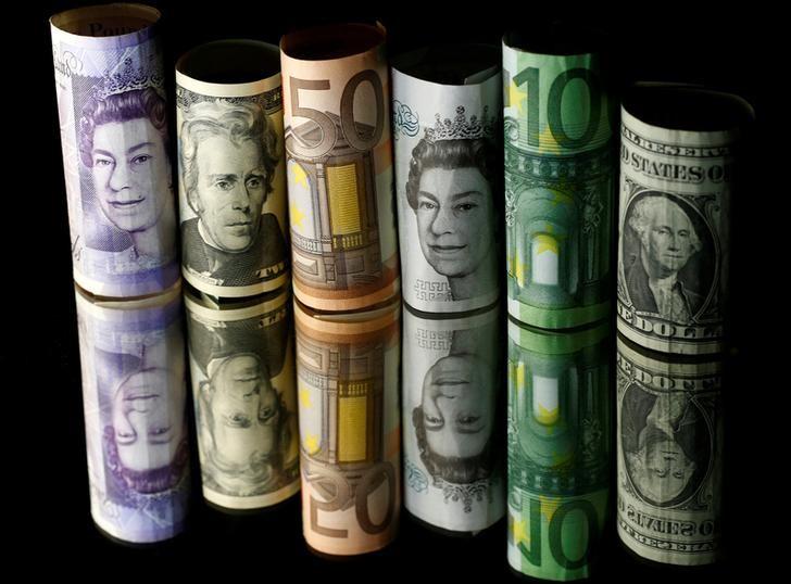 © Reuters. Банкноты разных стран