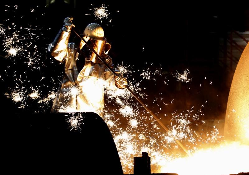 © Reuters. FILE PHOTO: A German steelmaker ThyssenKrupp worker controls a blast furnace in Duisburg