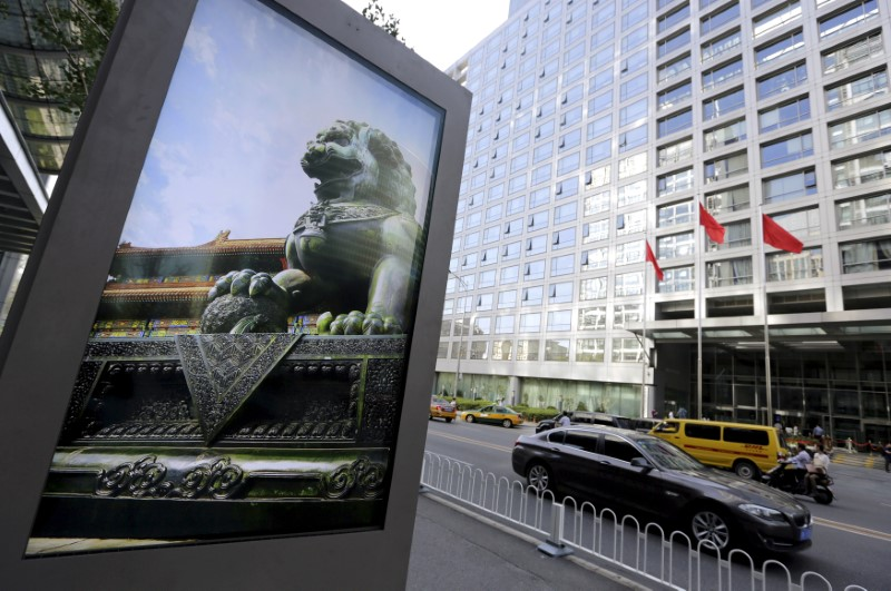 © Reuters. FILE PHOTO: Advertising board showing a Chinese stone lion near an entrance to the headquarters of China Securities Regulatory Commission, in Beijing