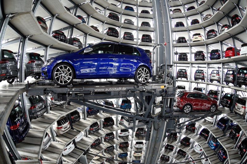 © Reuters. FILE PHOTO: VW cars are loaded in a delivery tower at the plant of German carmaker Volkswagen in Wolfsburg