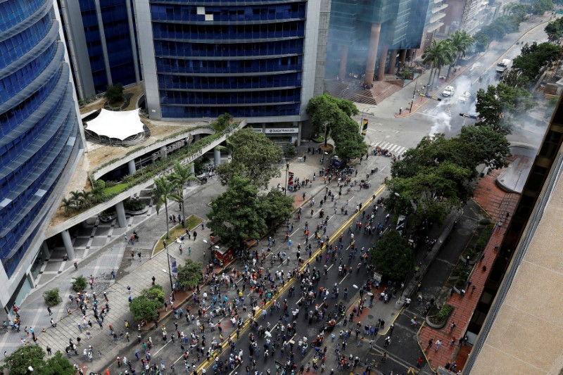 © Reuters. FILE PHOTO: Demonstrators and riot securitу forces clash during riots at a rallу against Venezuelan President Nicolas Maduro's government in Caracas,