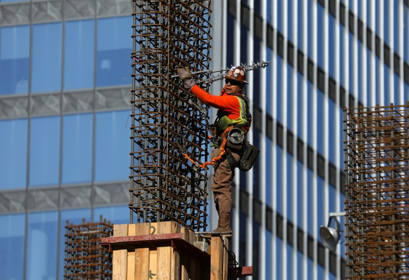© Reuters. Construction worker in down town Los Angeles