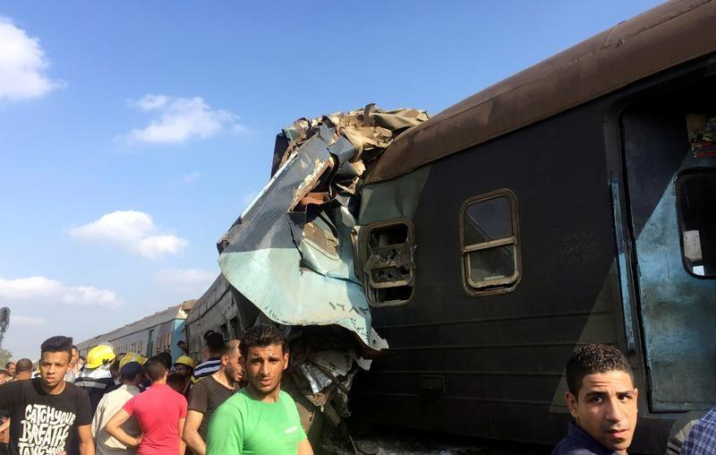 © Reuters. Толпа у места столкновения двух поездов в Египте