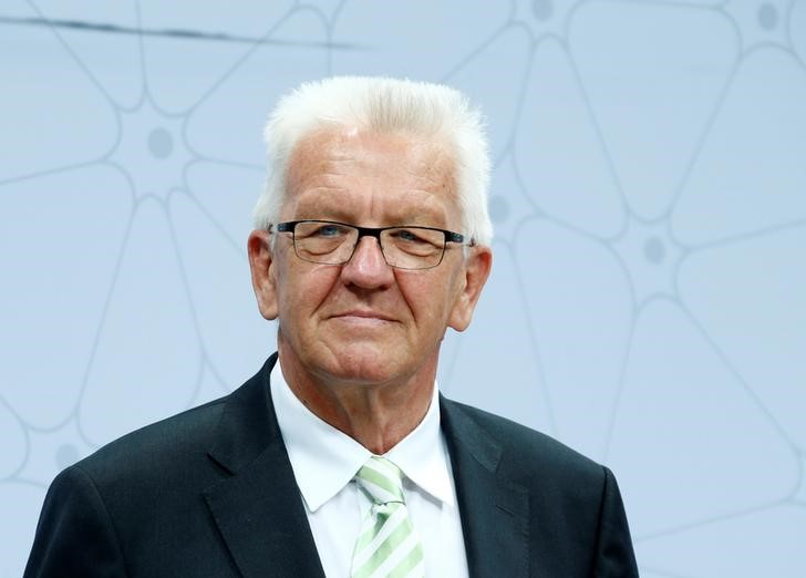 © Reuters. FILE PHOTO - Winfried Kretschmann, state Premier of the German federal state of Baden-Wuerttemberg, looks on in Ludwigshafen