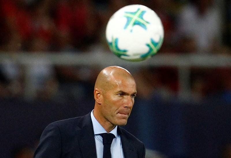 © Reuters. Zidane dice que un nuevo contrato con el Madrid le garantiza su puesto