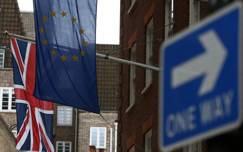 © Reuters. EU and British flags fly outside the European Commission building in London