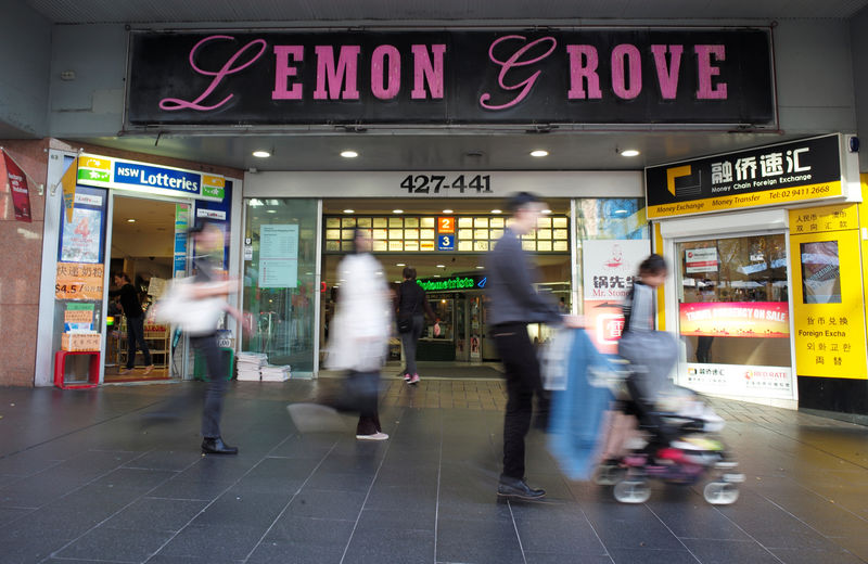 © Reuters. Shoppers walk past the entrance to the Lemon Grove shopping mall in Sydney