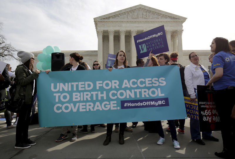 © Reuters. FILE PHOTO: Supporters of contraception rally before Zubik v. Burwell is heard by the U.S. Supreme Court in Washington