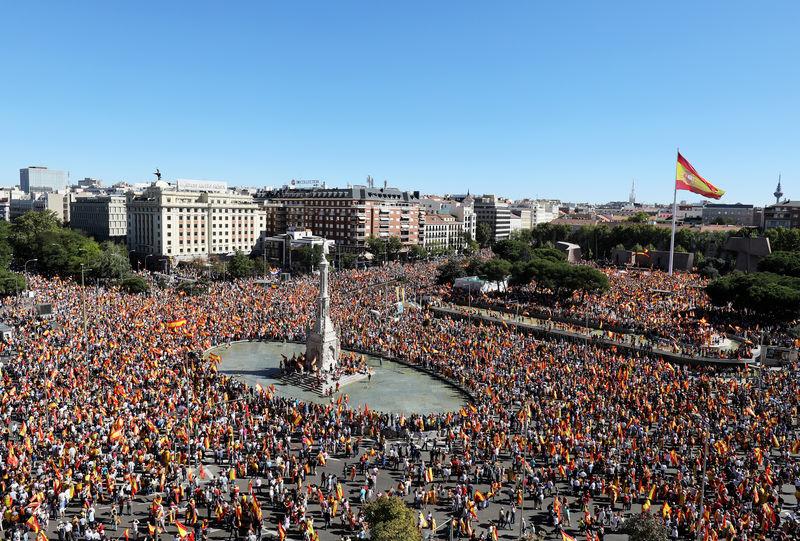 Decenas de miles de personas se manifiestan en España por la unidad del país y el diálogo
