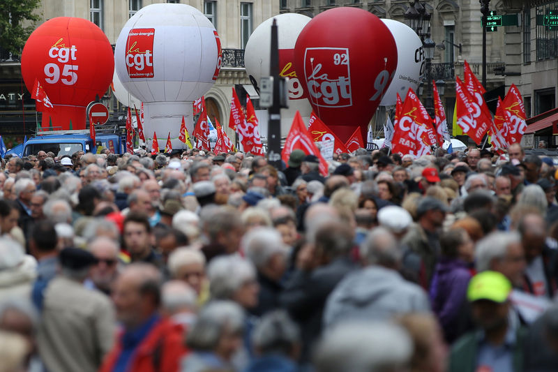 © Reuters. Balloons of French Trade Union CGT float over a demonstration by French pensioners to protest against government plans to reform pension system, in Paris