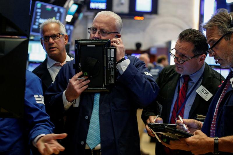 © Reuters. Трейдеры на торгах фондовой биржи в Нью-Йорке