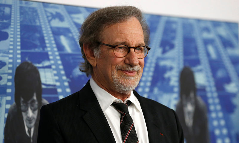 © Reuters. FILE PHOTO: Director Steven Spielberg poses at the premiere of the HBO documentary film