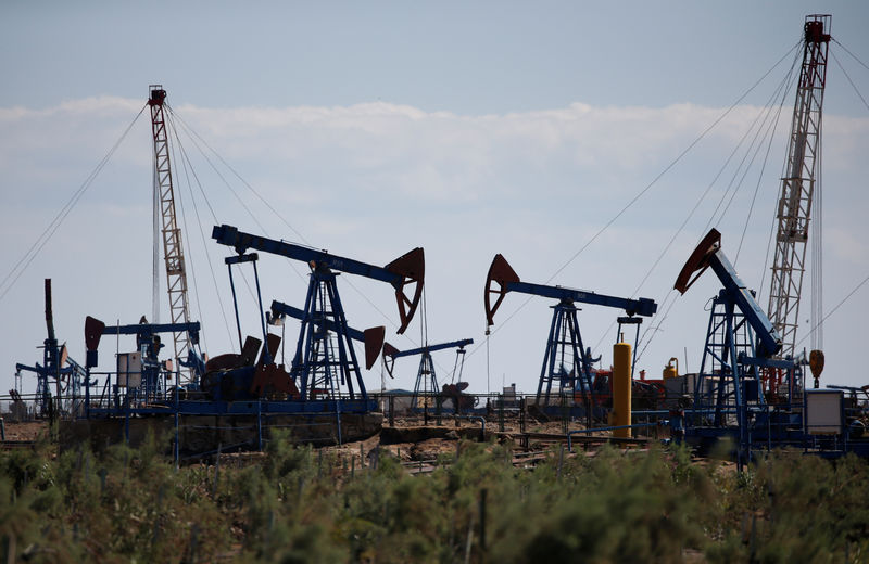 © Reuters. FILE PHOTO: Pump jacks pump oil at an oil field on the shores of the Caspian Sea in Baku