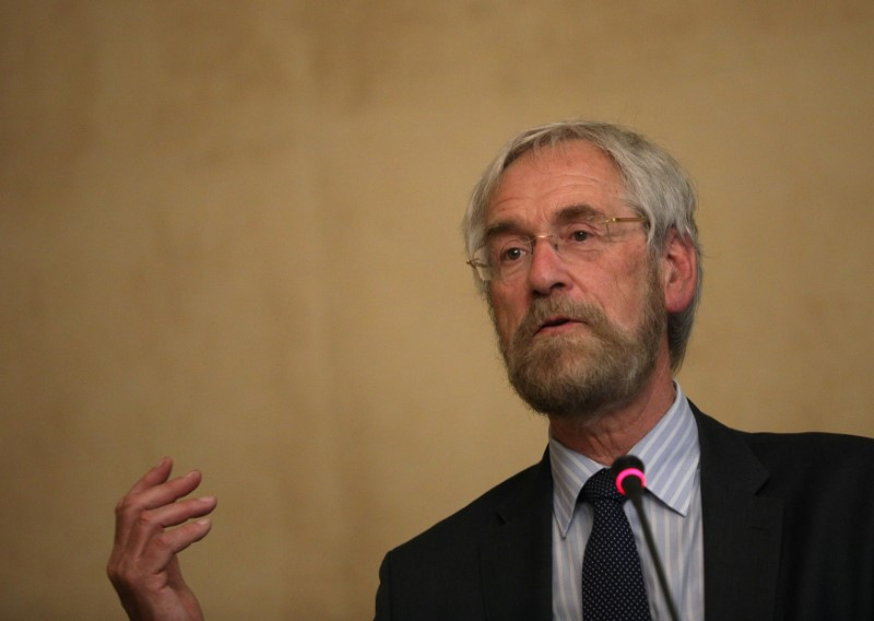 © Reuters. FILE PHOTO: ECB executive board member Praet speaks during conference in Sofia