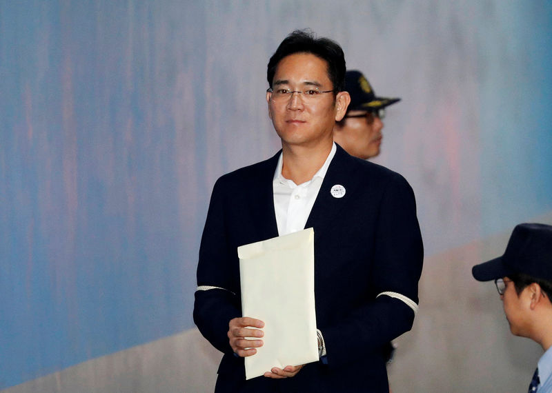 © Reuters. Samsung Electronics Vice Chairman, Jay Y. Lee, arrives at a court in Seoul
