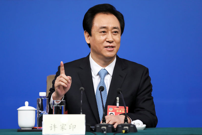 © Reuters. Evergrande Group Chairman Xu Jiayin gestures during a press conference for the Fifth Session of the 12th CPPCC National Committee in Beijing