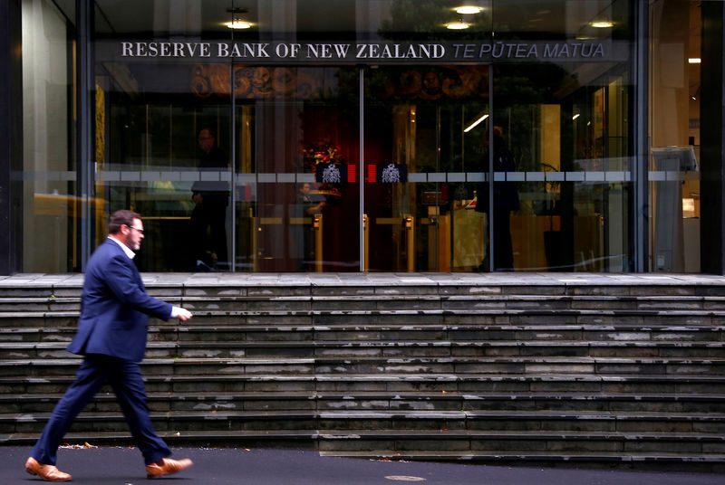 © Reuters. FILE PHOTO: A pedestrian walks past the main entrance to the Reserve Bank of New Zealand located in central Wellington, New Zealand