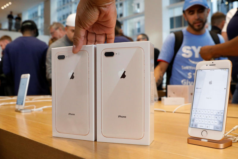© Reuters. Two new iPhone 8's are placed out during a sale at the 5th Avenue Apple store in New York