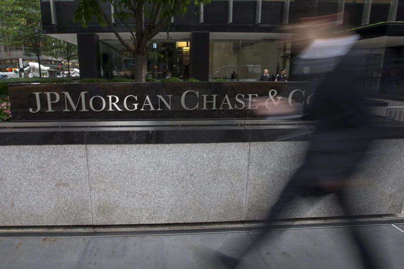 © Reuters. FILE PHOTO: People pass the JP Morgan Chase & Co. Corporate headquarters in the Manhattan borough of New York