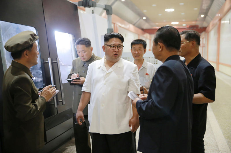 © Reuters. North Korean leader Kim Jong-Un inspects the January 18 General Machine Plant in Pyongyang