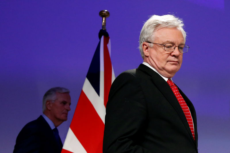 © Reuters. Britain's Secretary of State for Exiting the EU Davis and EU's chief Brexit negotiator Barnier arrive to address a news conference in Brussels