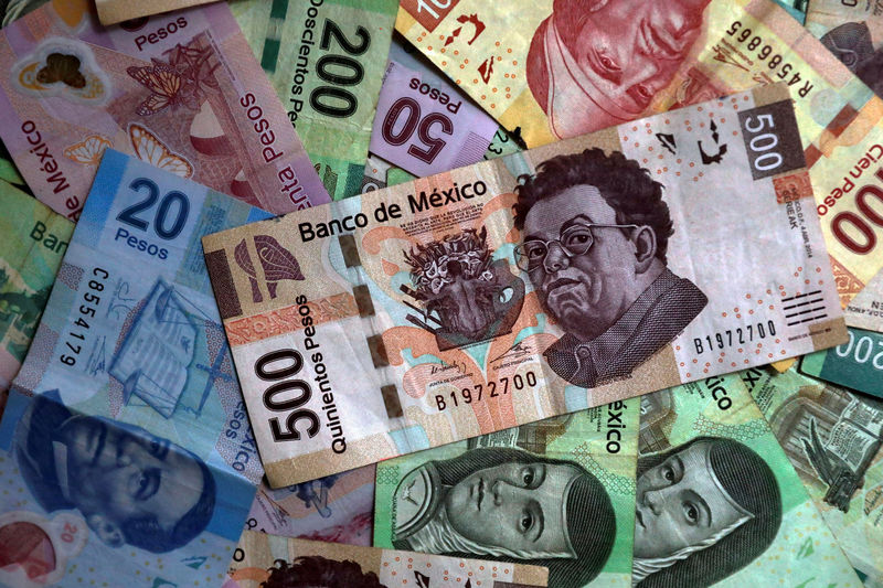 © Reuters. FILE PHOTO: Mexican pesos are seen in this picture illustration