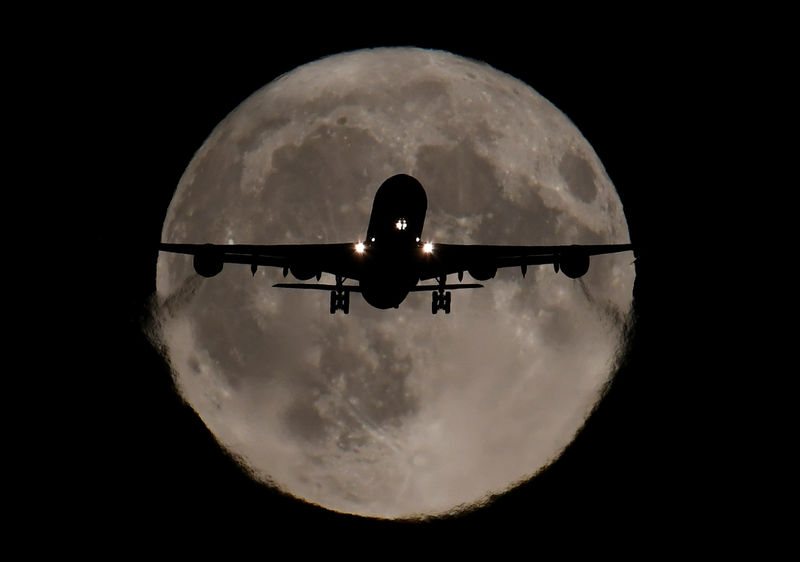 © Reuters. A passenger plane, with a full Harvest moon seen behind, makes its final landing approach towards Heathrow Airport in London, Britain