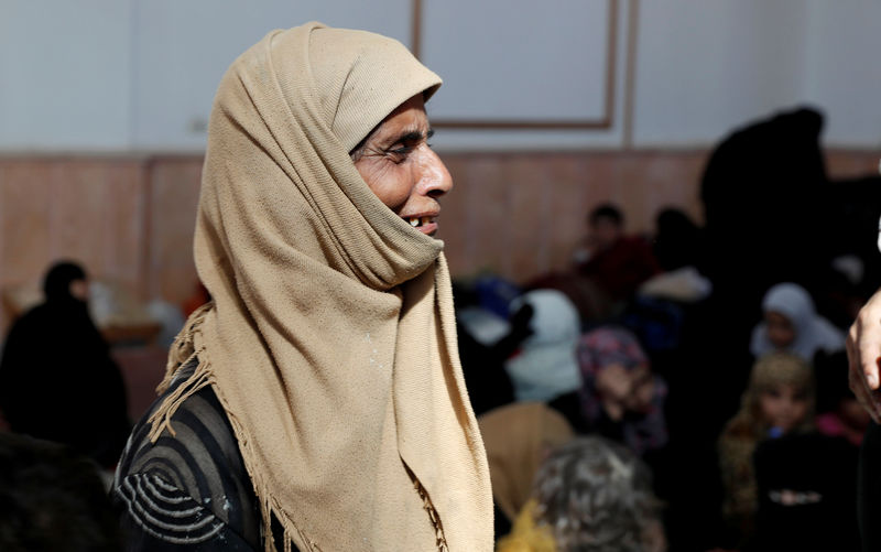 © Reuters. A woman who was among those who escaped from the Islamic State militants cries at a mosque in Raqqa