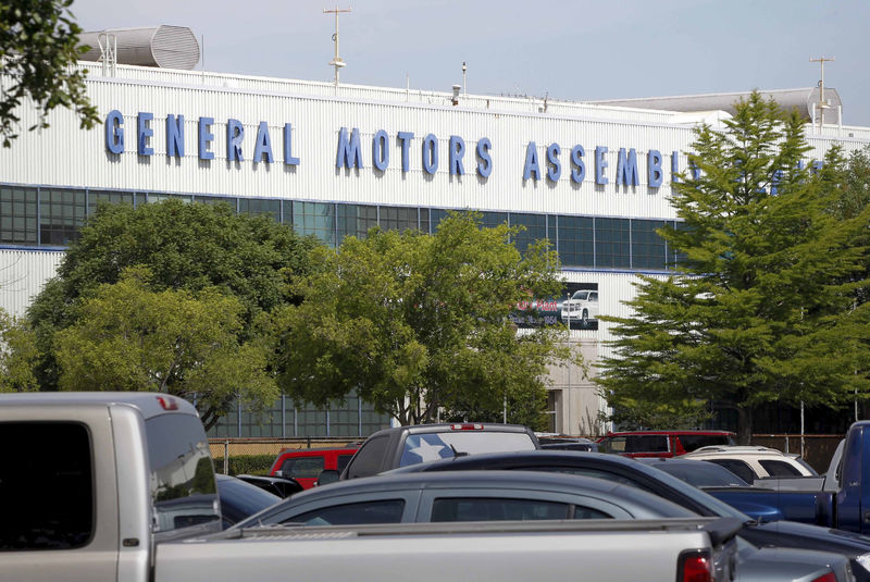 © Reuters. FILE PHOTO: General view of the front entrance at the General Motors Assembly Plant in Arlington Texas