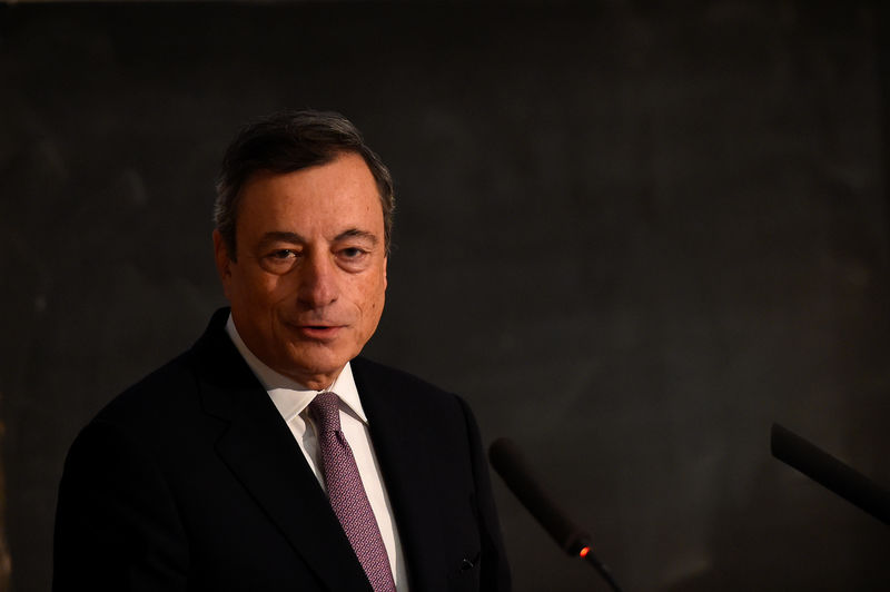 © Reuters. President of the European Central Bank Mario Draghi speaks at Trinity College in Dublin
