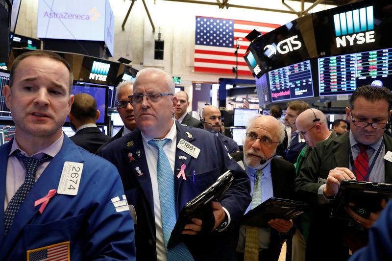 © Reuters. بورصة وول ستريت تغلق منخفضة متأثرة بتراجع البنوك وهبوط حاد لسهم إيه تي آند تي