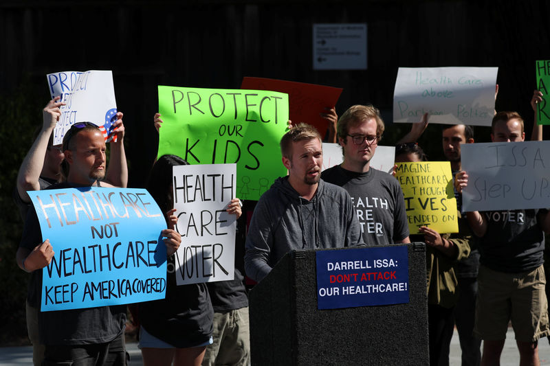 © Reuters. Navy veteran Eric Dean speaks at a SoCal Health Care Coalition protest at UC San Diego in La Jolla, California,