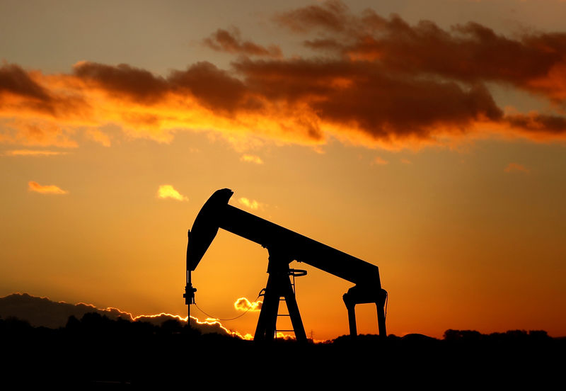 © Reuters. A oil pump is seen at sunset outside Scheibenhard
