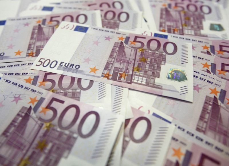© Reuters. Photo illustration of Euro notes at a bank in Seoul