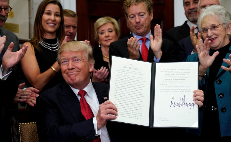 © Reuters. Trump signs an Executive Order on healthcare at the White House in Washington