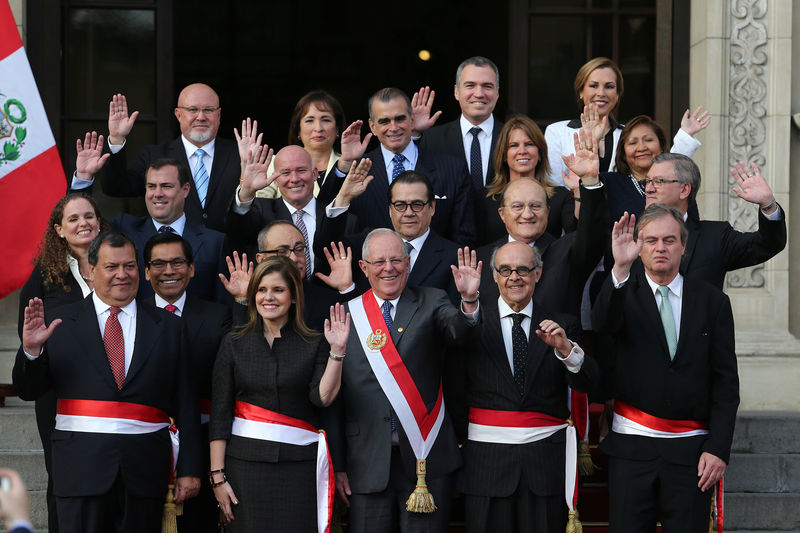 © Reuters. Peru's President Pedro Pablo Kuczynski (C) poses with newly sworn-in ministers after a ceremony at the government palace in Lima