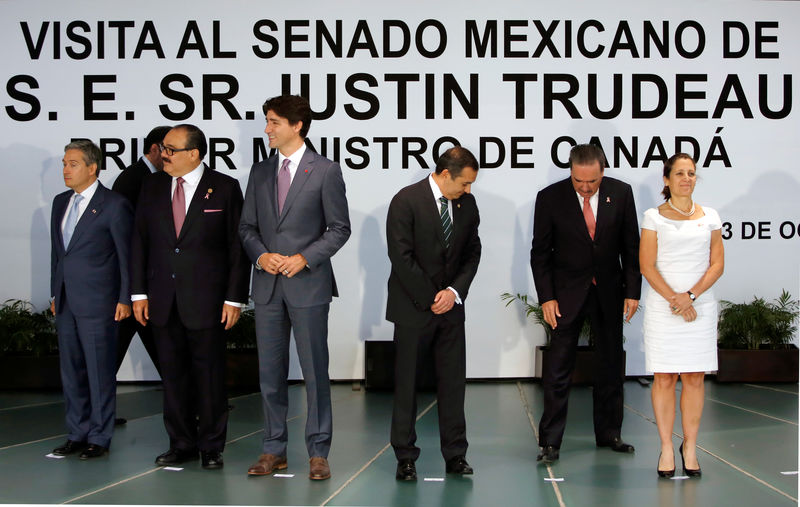 © Reuters. Canada's Prime Minister Justin Trudeau (3L) gestures as senators and ministers find their place for a family photo at the Senate in Mexico City