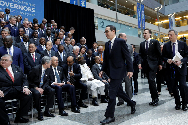 © Reuters. U.S. Treasury Secretary Steve Mnuchin arrives at IMF Governors family photo during the IMF/World Bank annual meetings in Washington