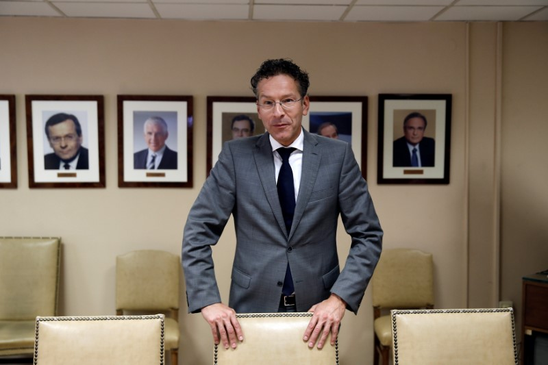 © Reuters. Dutch Finance Minister and Eurogroup President Dijsselbloem is seen before his meeting with Greek Finance Minister Tsakalotos at the Finance ministry in Athens
