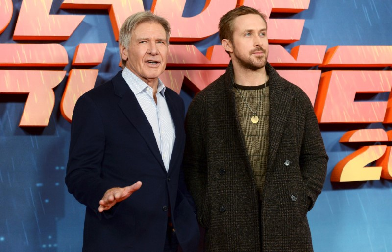 © Reuters. Harrison Ford poses with Ryan Gosling during a photocall to promote Blade Runner 2049 at a hotel in central London
