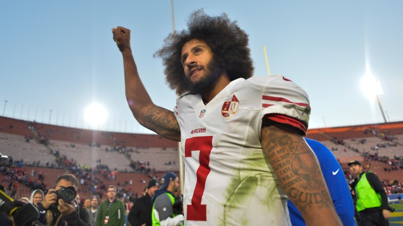 © Reuters. FILE PHOTO - Colin Kaepernick pumps his fist as he acknowledges the cheers at Los Angeles Memorial Coliseum in Los Angeles